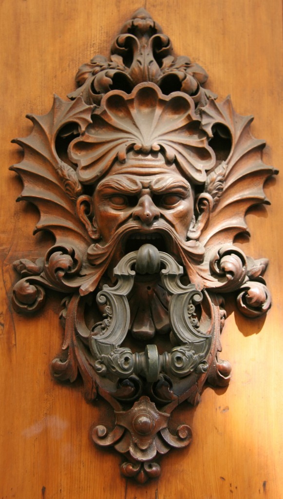 A door knocker, somewhere in the narrow streets of Firenze.