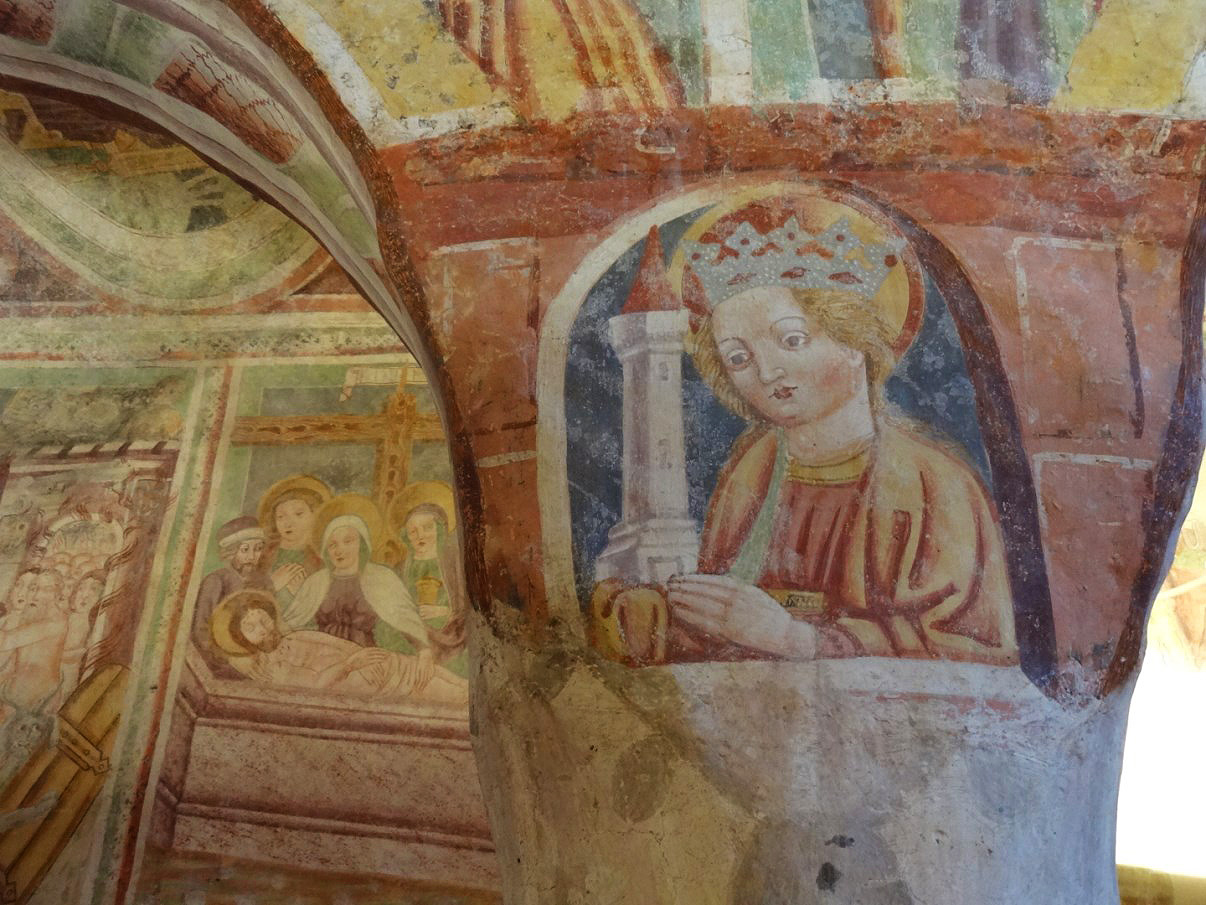 Even the pillars are decorated wth frescoes.