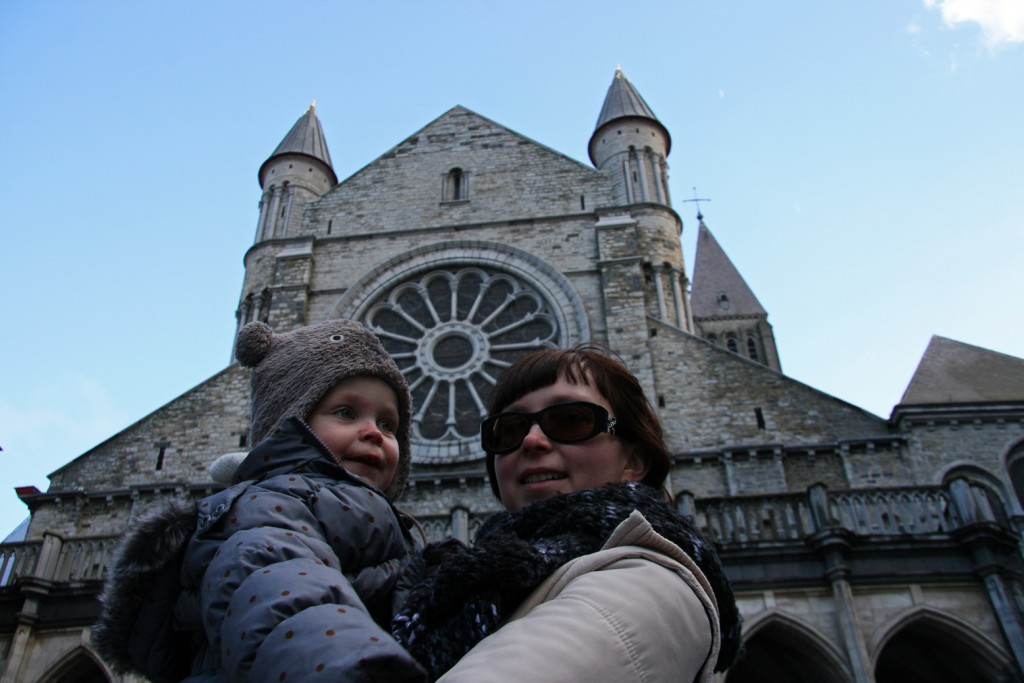 Febe and mum posing in front of the cathedral.