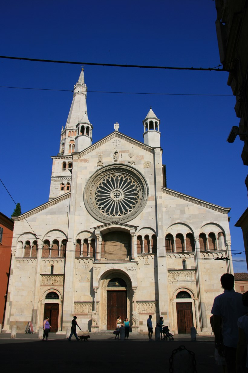 Western (main) façade of the cathedral.
