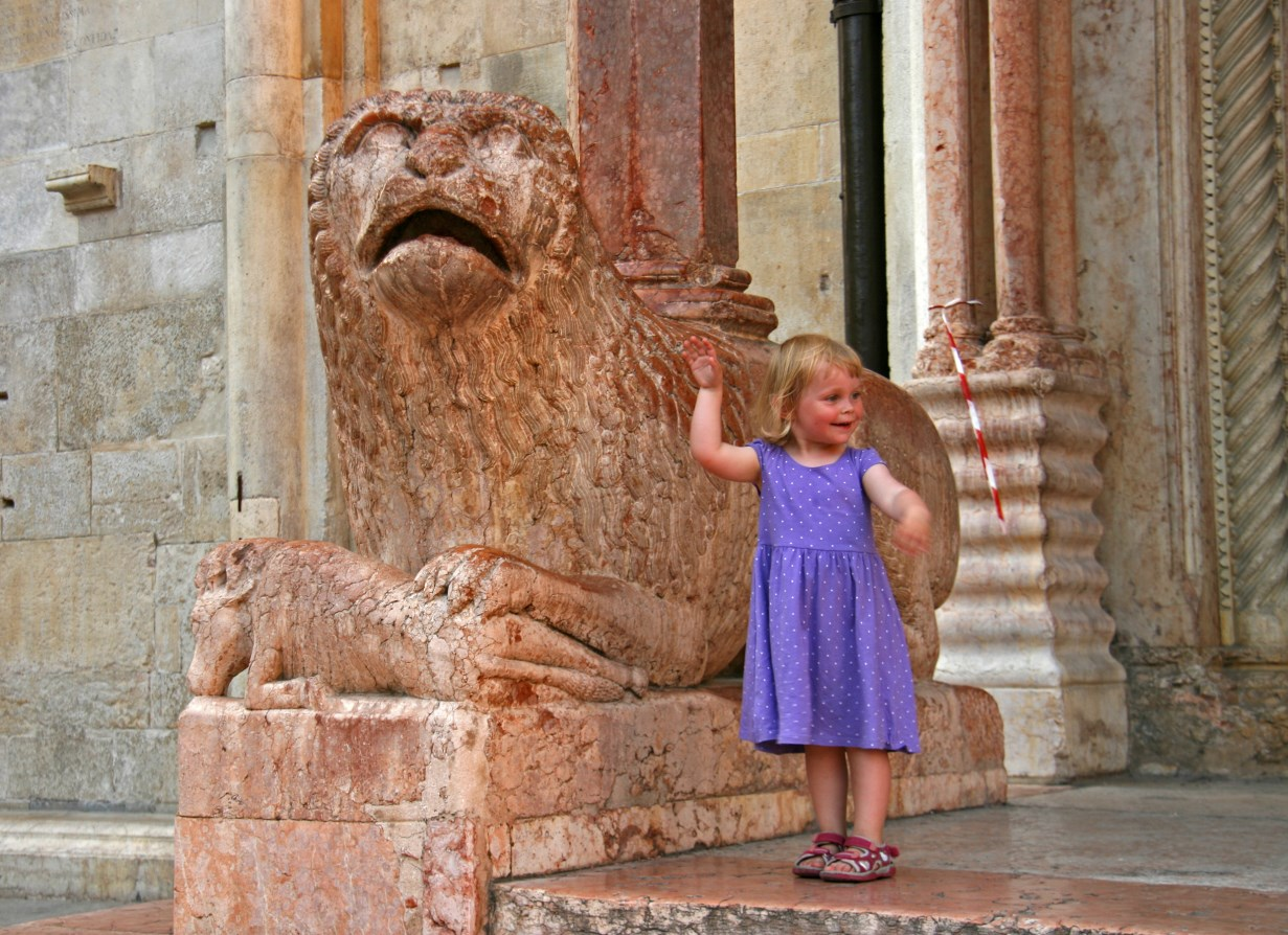 Febe really loved the lions at the Porta Regia.