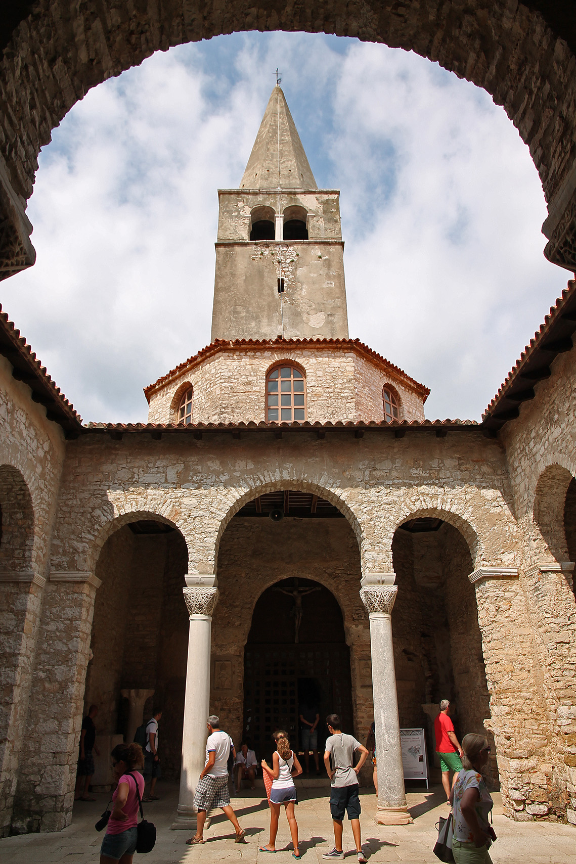 Atrium, baptistery and the bell tower: view from the cathedral's side.