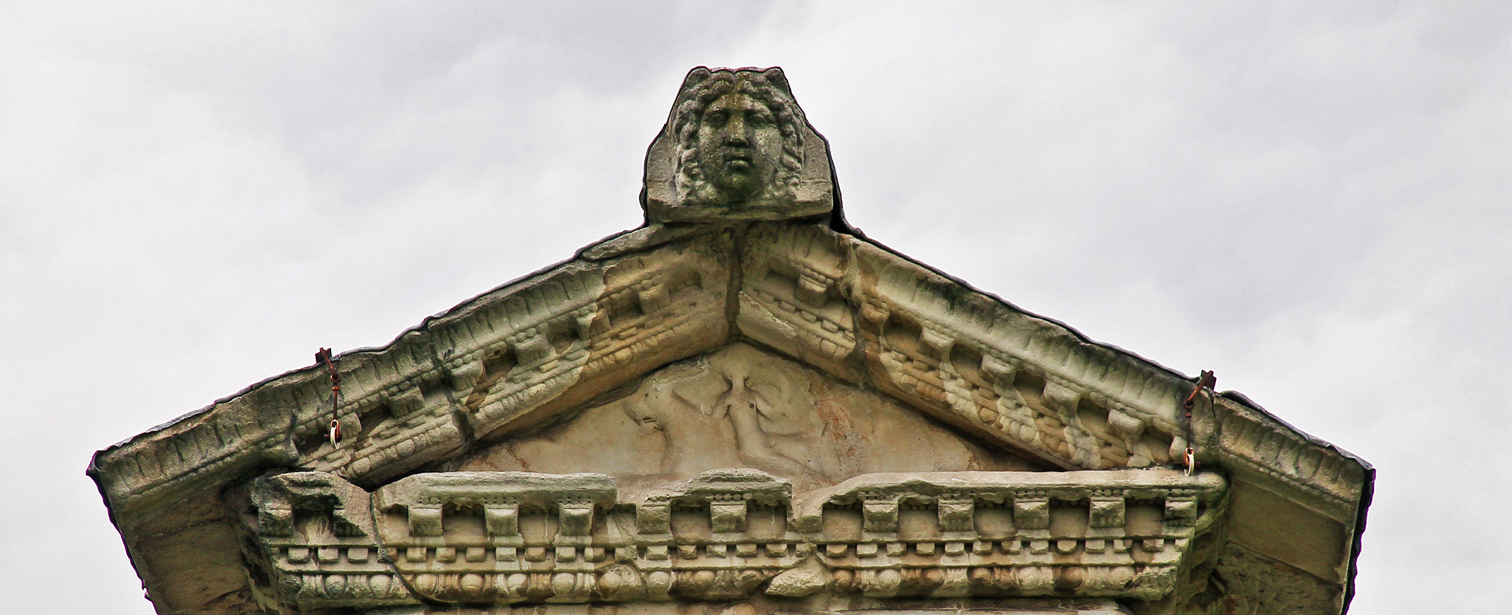 The head of Medusa, guardien of the resting-place of the dead, graces the front of the Spectatius Tomb's roof.