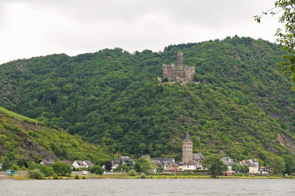 Burg Maus and the town of Wellmich.