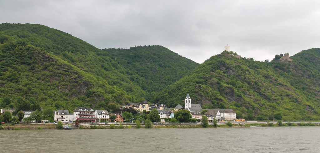 The town of Kamp-Bornhofen, the Burg Sterrenberg (white tower) and Burghotel Liebenstein (on the right).