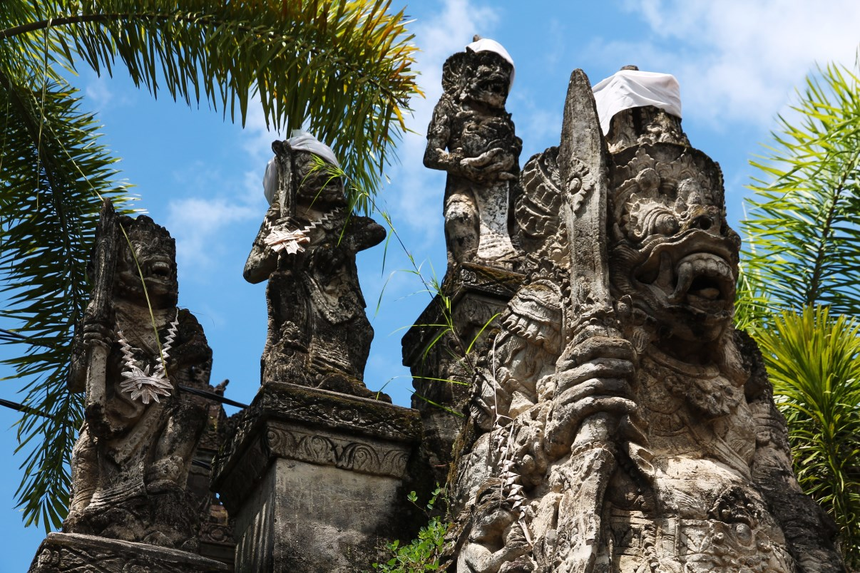 The entrance of the Maduwe Karang temple is easily recognized by its 36 stone figures.