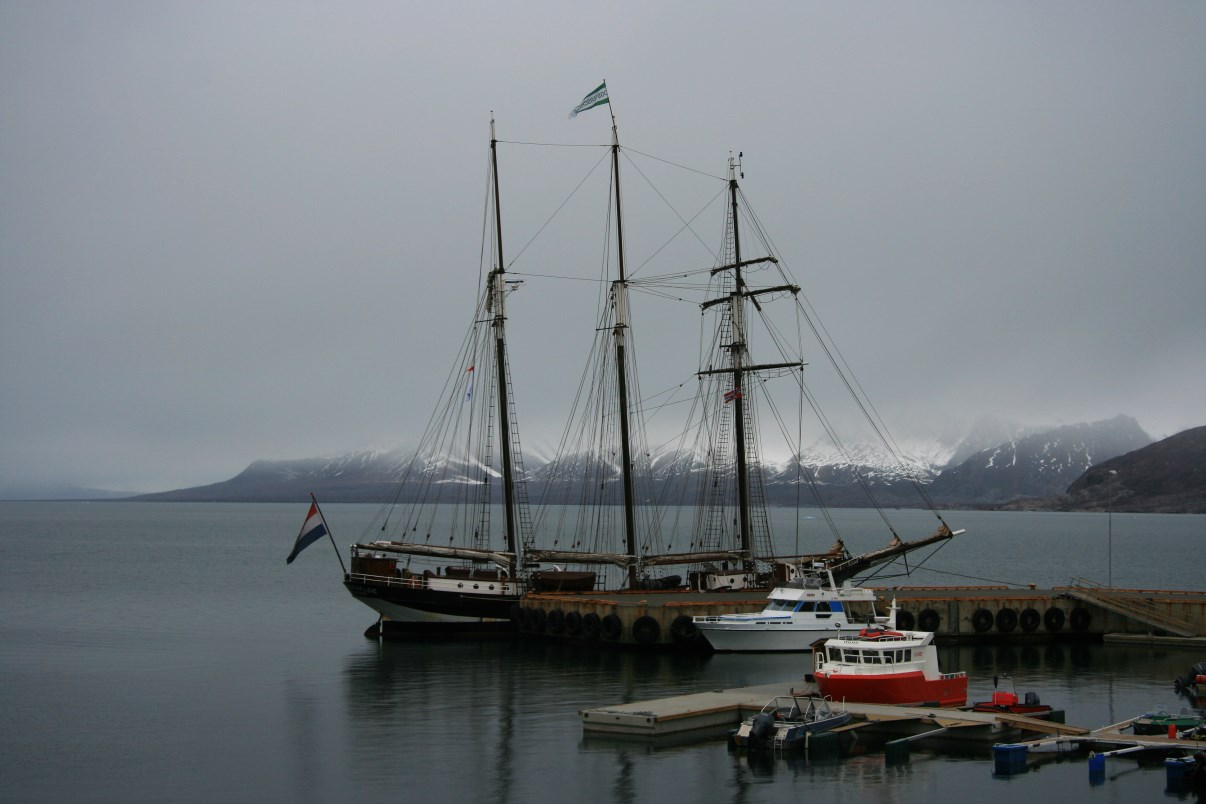 A three-master sailing ship, moored in the marina of Ny-Ålesund.