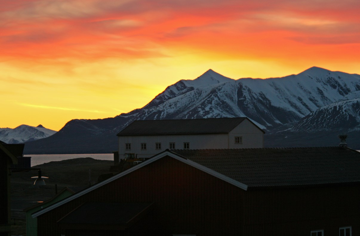 Colourful night sky above the roofs of Ny-Ålesund.